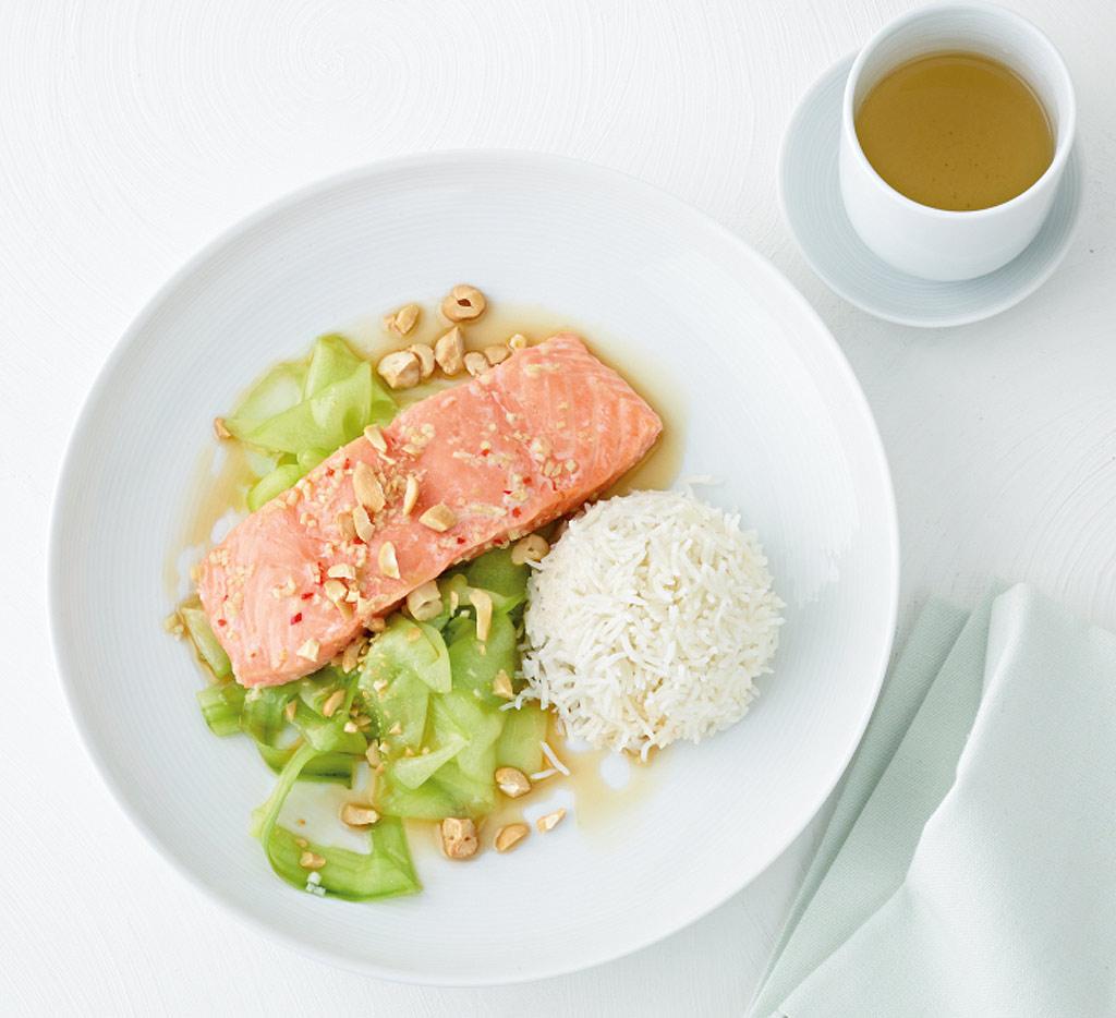 asia lachs mit gurkensalat rezept essen und trinken. Black Bedroom Furniture Sets. Home Design Ideas