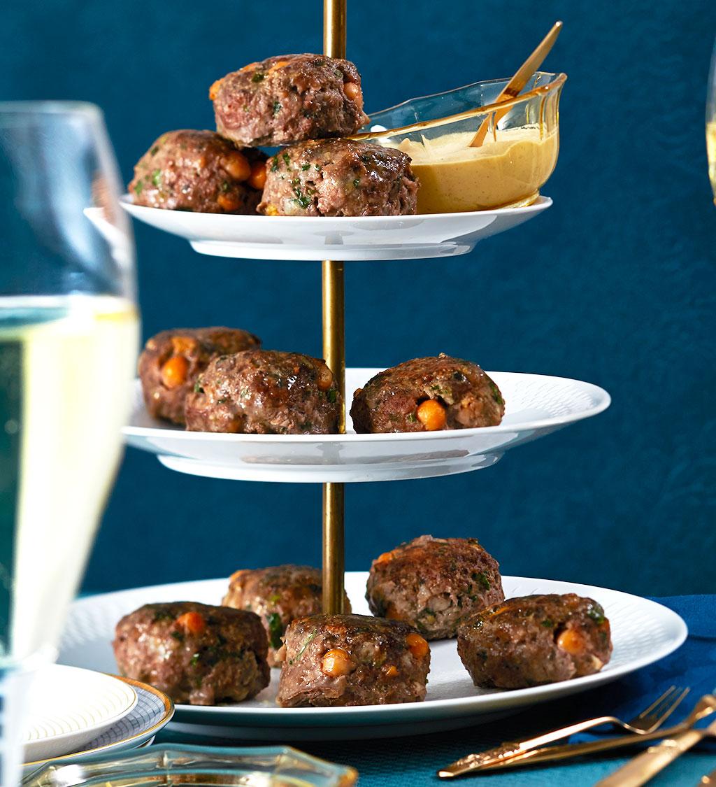 rindfleisch kichererbsen buletten mit sesam dip rezept essen und trinken. Black Bedroom Furniture Sets. Home Design Ideas