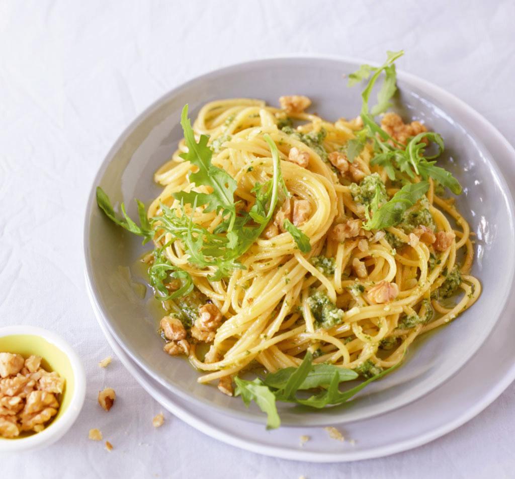 spaghetti mit walnuss pesto rezept essen und trinken. Black Bedroom Furniture Sets. Home Design Ideas