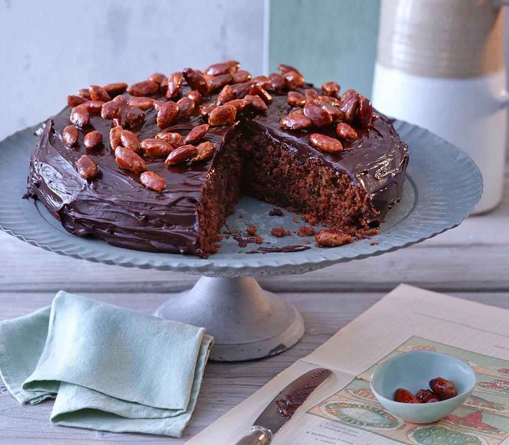 pastinaken schokoladen kuchen mit gebrannten mandeln rezept essen und trinken. Black Bedroom Furniture Sets. Home Design Ideas
