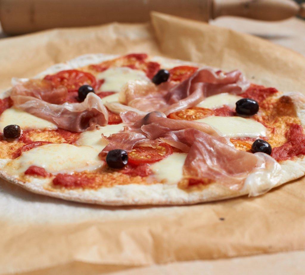 pizza mit mozzarella und parmaschinken rezept essen trinken. Black Bedroom Furniture Sets. Home Design Ideas