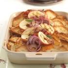 Cheddar-Brotpudding mit Äpfeln und Bacon
