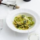 Grüne und weiße Nudeln mit Salbei-Butter