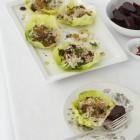 Kopfsalatblätter mit Reis und Rosinen