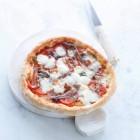 Pizza mit Pancetta, Tomaten und Büffelmozzarella