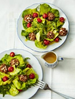 Salat mit Ziegenkäsebällchen und Himbeeren
