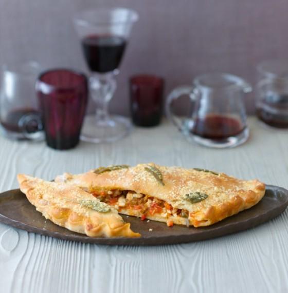 Calzone mit Salsicce und Büffelmozzarella