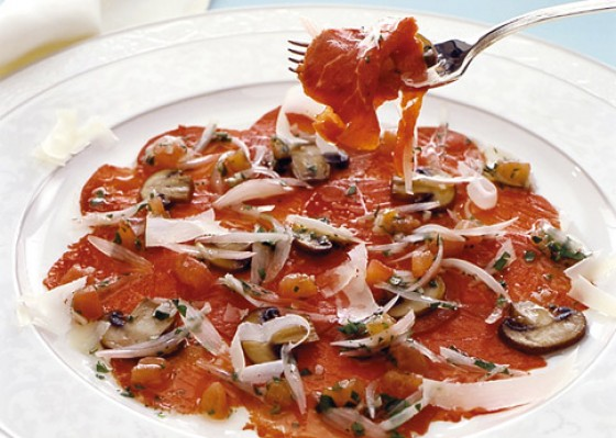 Carpaccio mit gebratenen Pilzen