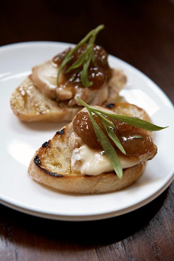 Crostini mit Taleggio und Traubensenf