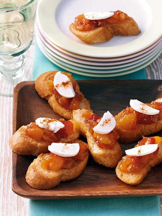 Crostini mit Ziegenkäse und Aprikosen-Chutney
