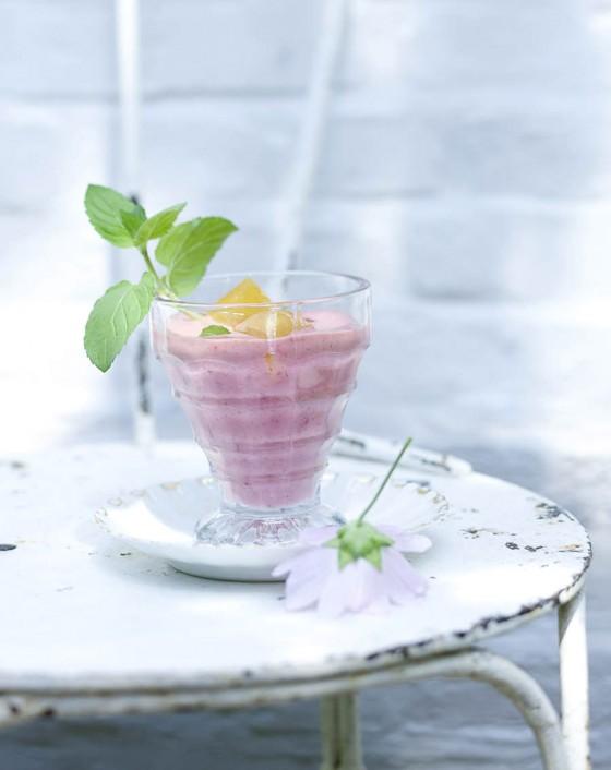 Erdbeer-Lassi mit Zitronengras-Eiswürfeln