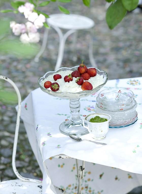 Erdbeeren mit Milchreis und Pistazien-Minz-Pesto