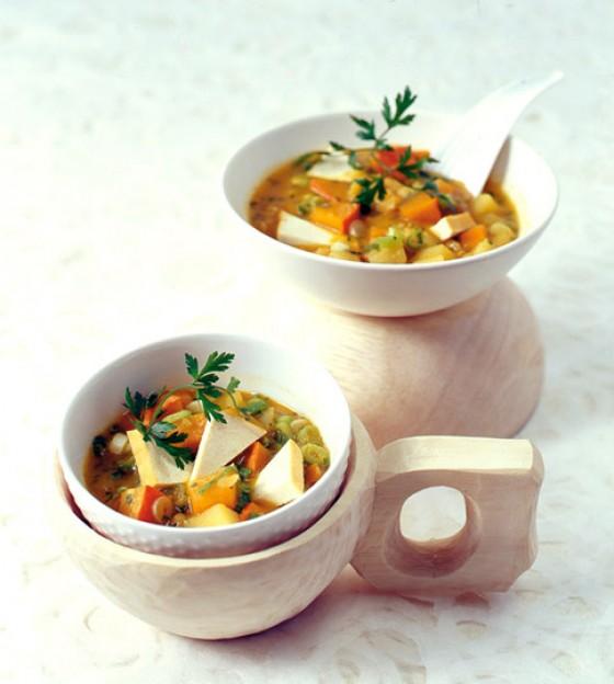 Gelbe Schälerbsensuppe mit geräuchertem Tofu