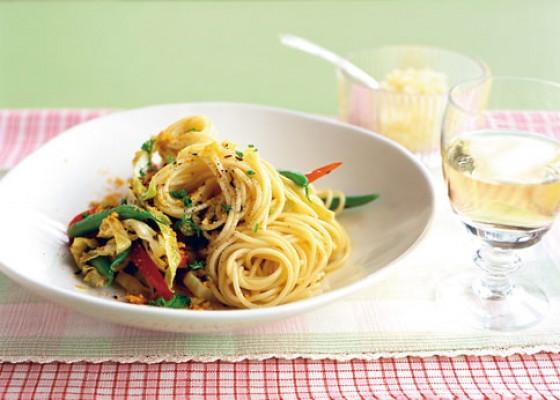 Gemüse-Spaghetti mit Mandelbröseln
