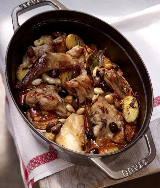 Geschmortes Kaninchen mit Mandeln und Oliven