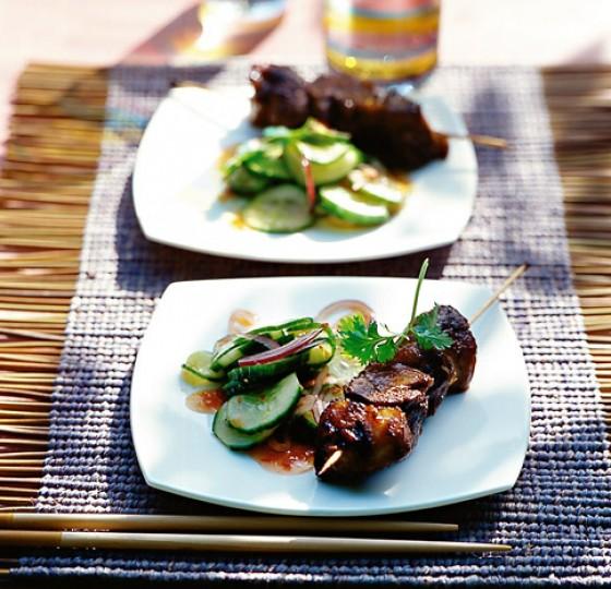 Haxen-Spieße mit Gurkensalat