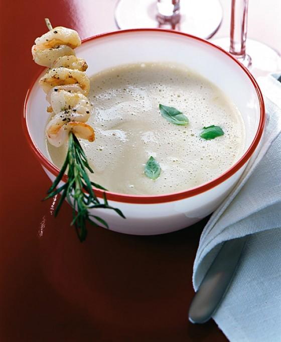 Knoblauchsuppe mit Garnelenspießen