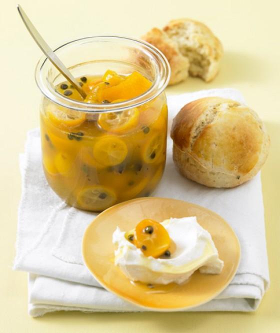 Kumquats mit Rosmarin-Scones