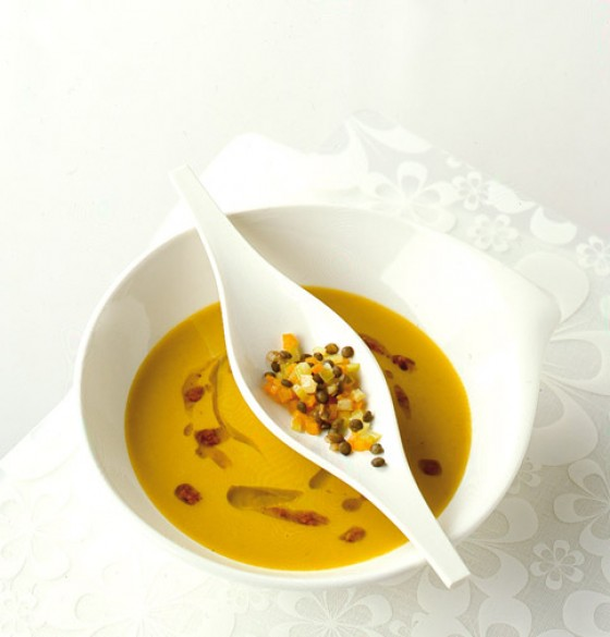 Linsencremesuppe mit Tamarillo-Pesto