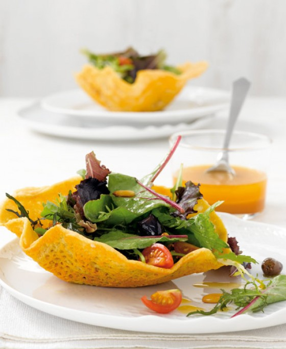 Mesclun-Salat mit Parmesanhippen