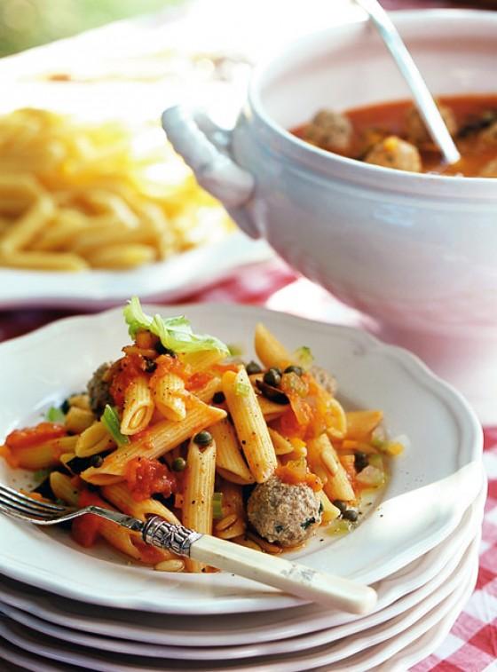 Pasta mit Hackbällchen und Tomatensugo