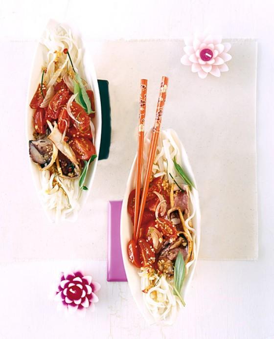 Reisnudeln mit Tintenfisch und Tomaten