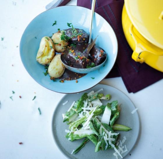 Rindergulasch mit Mangoldsalat