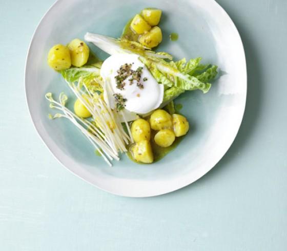 Römersalat mit Kurkuma-Kartoffeln