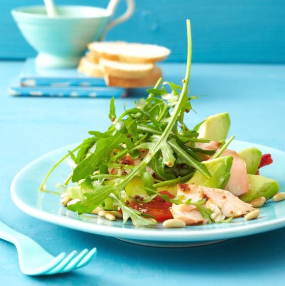 Salat mit Avocado und gegrilltem Lachs