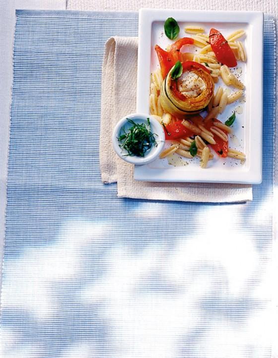 Seeteufelroulade mit Nudel-Tomatensalat