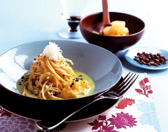 Spaghetti mit Bohnensauce und Kaffee