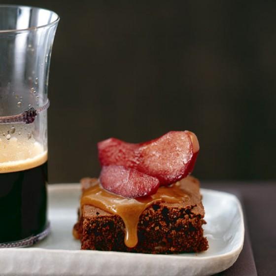 Toffee-Brownie mit Rotweinäpfeln