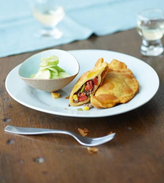 Gebackene Maisfladen mit Hackfüllung und Gurkensalat
