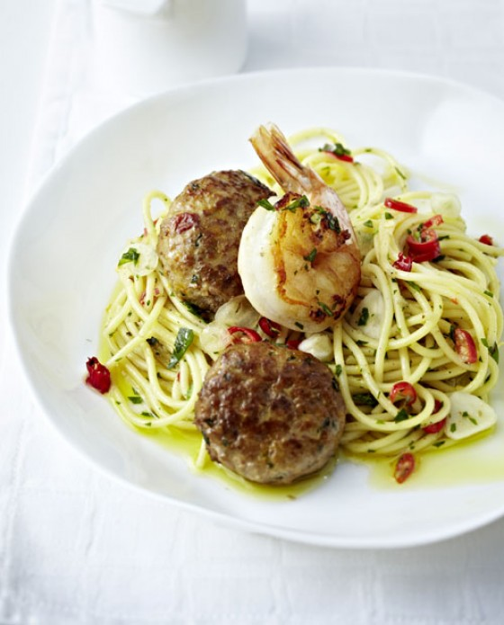 Spaghetti Aglio Olio mit Hack-Bällchen und Garnelen