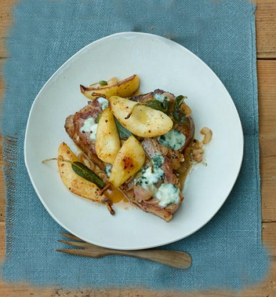 Kalbssteak mit geschmorten Birnen, Roquefort und Salbei