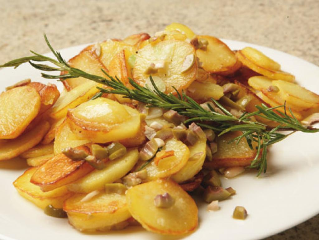 bratkartoffeln aus rohen kartoffeln rezept essen und trinken. Black Bedroom Furniture Sets. Home Design Ideas