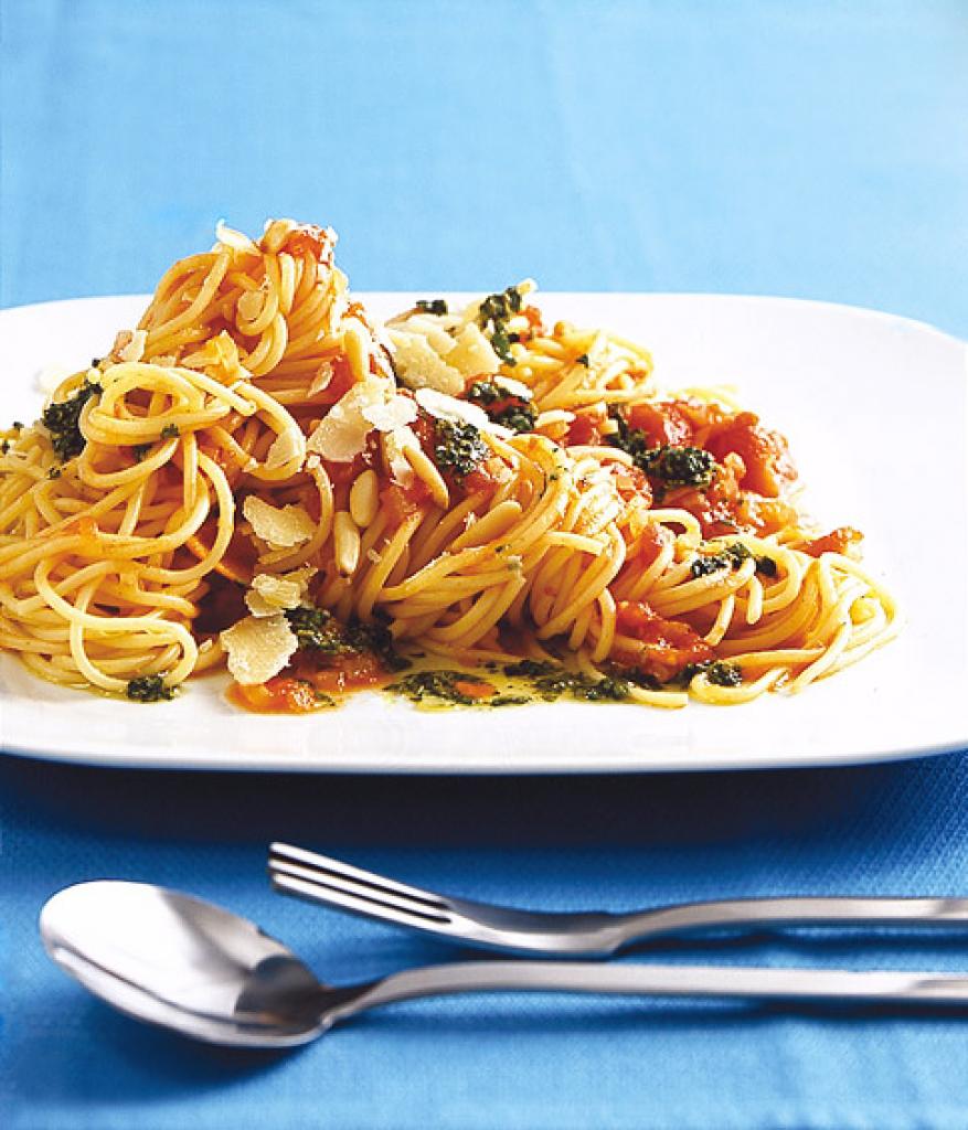 spaghetti mit pesto rezept essen und trinken. Black Bedroom Furniture Sets. Home Design Ideas