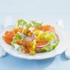 Kopfsalat mit Kartoffeln und Lachs