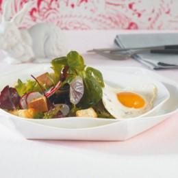 Blattsalat mit Spiegelei