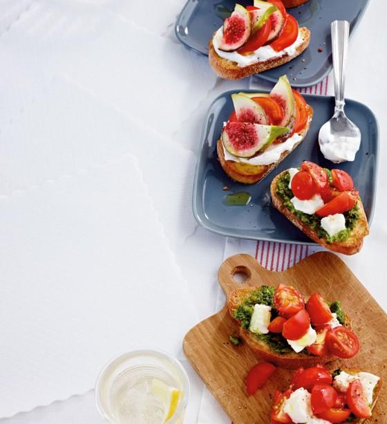 Crostini mit Mozzarella-Tomate-Pesto
