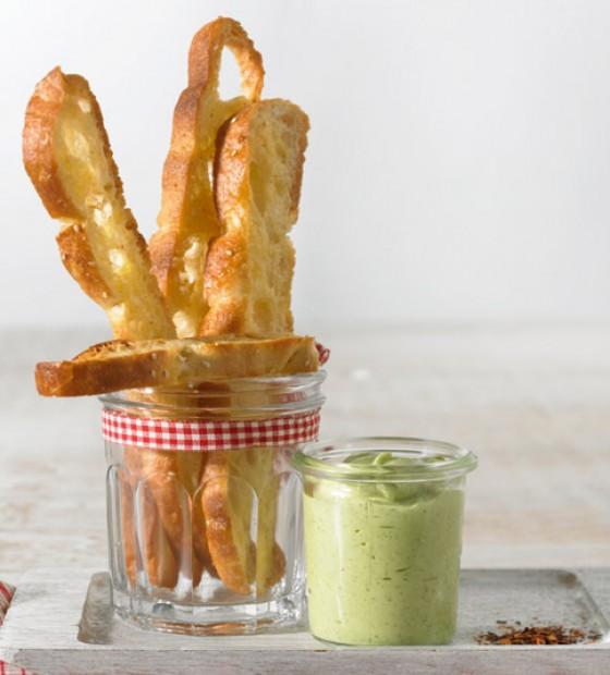 Fladenbrot-Chips mit Avocado-Dip