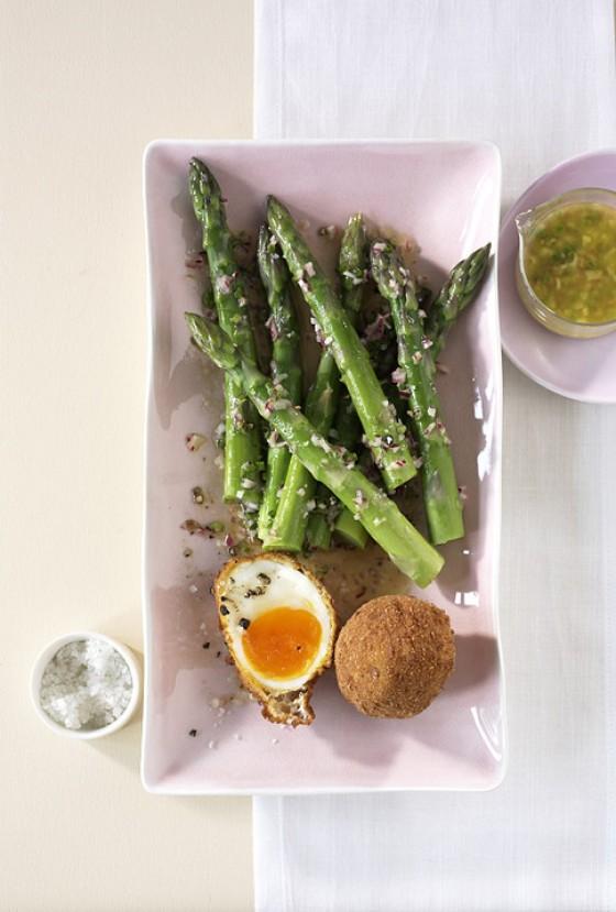 Frittierte Eier mit Spargel