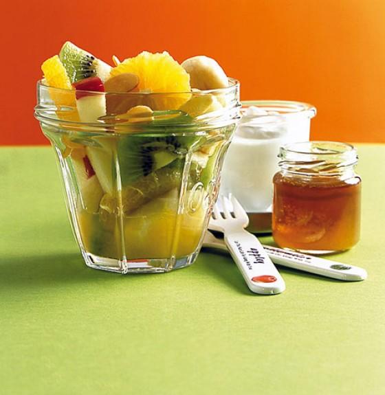 Obstsalat mit Quark und Honig