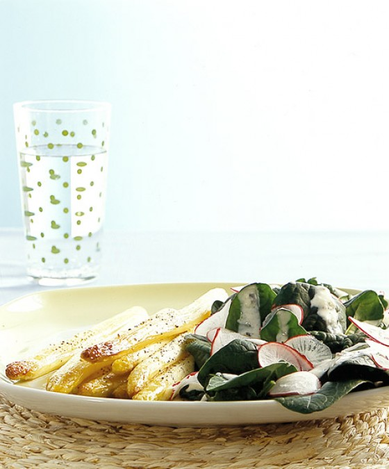 Spinatsalat mit geröstetem Spargel