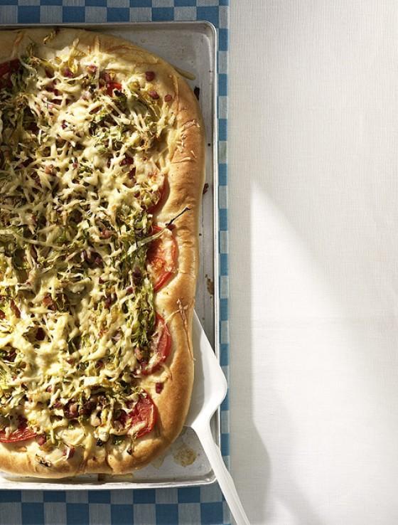 Spitzkohl-Speck-Pizza