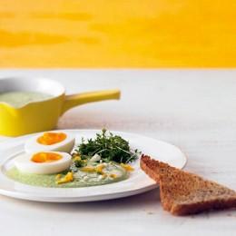 Eier mit Kräuter-Joghurtsauce