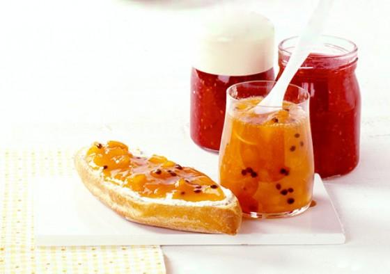 Aprikose mit Himbeeren