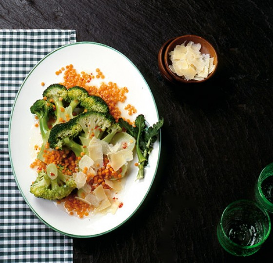 Broccolisalat mit roten Linsen