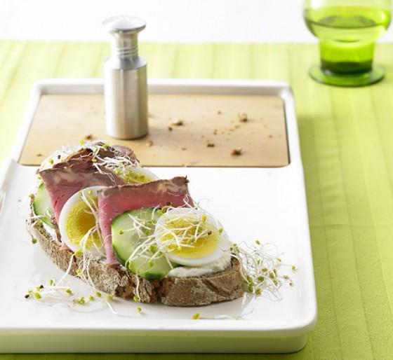Brot mit Roastbeef und Sprossen