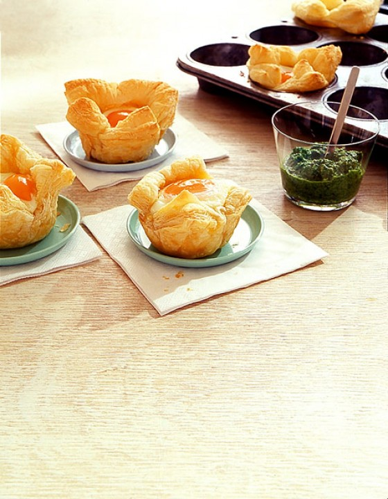 Eier-Muffins mit grüner Sauce